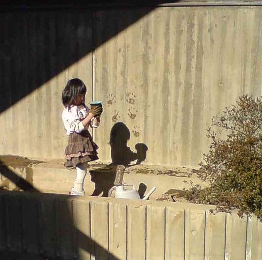 泥遊びの少女